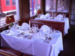 Die festlich gedeckten Tische im luxuriösen Speisewagen