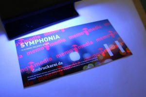 ...doch unter einer UV-Licht-Lampe zeigen die Eintrittskarten mit Spezialfarbe plötzlich ihr Geheimnis