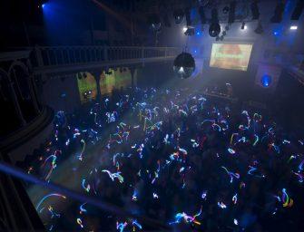Go Wild! Begeisterte Gäste durch DMX-gesteuerte LED-Armbänder