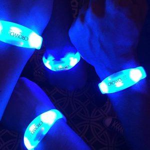 DMX-gesteuerte LED-Armbänder leuchten per Fernsteuerung