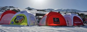 Auf der Skipiste ganz ohne Strom: aufblasbare Zelte ohne Gebläse