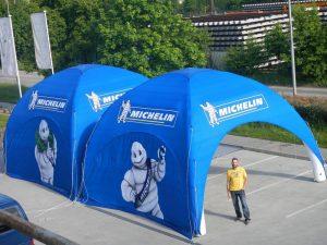 Die Zelte lassen sich aneinander-zippen und so als Reihe aufbauen.