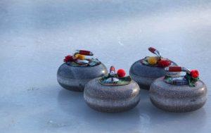 Eine der zahlreichen Weihnachtsfeier-Ideen in Hamburg: Curling mit dem Team