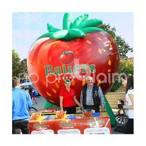 Macht richtig Lust: Aufblasbare Erdbeere als XXL-Werbemittel.