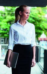 Auch für Frauen gibt es Tipps vom Profi, um nur mit kleinem Gepäck zu reisen.