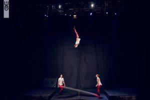 """Dass die DOCH in Stockholm mittlerweile eine der besten Schulen für Schleuderbrettartisten ist, zeigte bei den Closing Acts 2018 auch das Trio """"Red Pants""""."""