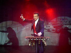 Dirk Scheffel produziert Musik, ist aber auch selber Musiker und Show-Künstler.