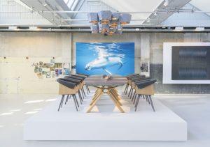Jetzt heißt es, vermietungstaugliche Designermöbel zu entwerfen - dazu sitzt JMT mit seinen Partnern gemeinsam am Tisch.