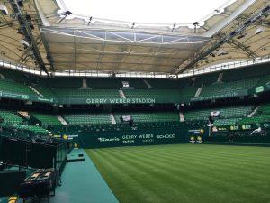 Energy Rental belüftet den Rasen bei den Gerry Weber-Open.