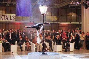Auch an der Stange machen die Showacts für Festivals von Euroviva Entertainment eine gute Figur.