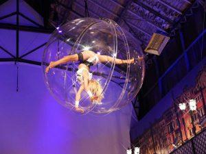 Tanzakrobatik in der Kugel über dem Publikum: ein Hingucker als Showact für Festivals!