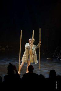 Josef Stiller aus Deutschland jongliert mit Bambusröhren.