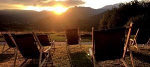 Sonnenliegen bauen und dann Sonnenuntergang genießen.