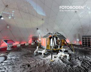 Plötzlich auf dem Mond: Fotoboden™ unterstützt die Atmosphäre am Messestand.