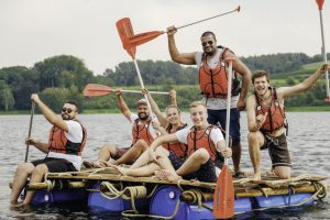 Floßbau beim Sommerfest - Abkühlung inklusive