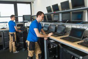 Im Lager sorgen Experten dafür, dass die Software stets auf dem neuesten Stand ist.