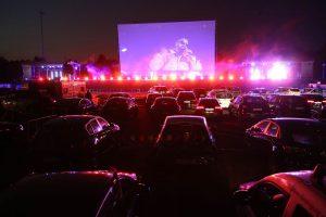 Mir einem Hupkonzert, Lichtern und allem was das Auto hergibt wurde Sido bei seinem Auftritt im Autokino Düsseldorf bergüßt.