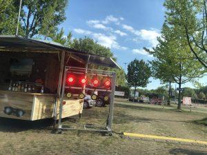 Auch in der Streefood Drive-In Arena gilt: Bei rot bleibst du stehen, bei grün darfst du fahren.
