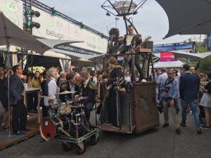 "Als mobile Party-Band bringen ""De Rolling Coronas"" das Publikum zum Tanzen."