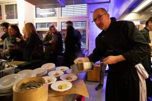 Zugreifen erwünscht bei der Al Dente- Küchenparty als Weihnachtsfeier