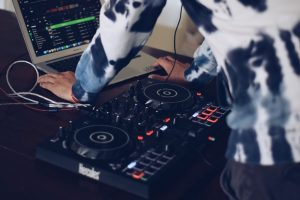 Ein DJ auf Ihrer Veranstaltung eignet sich nicht nur dazu, die Leute zum Tanzen zu bringen, er kann auch für eine angenehme Atmosphäre sorgen.