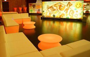 Leuchtende Sitzgruppen und Dekorationen für die perfekte Partylocation