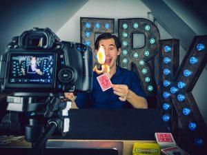 "Direkt aus seinem virtuellen Studio in Berlin verzaubert Alexander Merk bei der ""Magischen Online Zaubershow"""