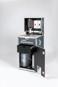 Die beiden Wassertanks der mobilen Hygienestation sind schnell ausgetauscht.
