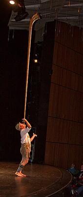 Der AlphornWahn, Comedy, Klänge und Artistik mit einem Alphorn Das Alphorn erklingt klassisch oder wie ein Didgeridoo oder Schorsch Bross spielt es im Kopfstand. Am Schluss seiner Alphornnummer balanciert Schorsch Bross das Alphorn auf dem Mund und spielt darauf. Eine beeindruckende Verbindng von Klängen und Artistik.
