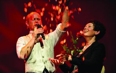 Der südmongolische zweistimmige Liebesgesang Als Obertonsänger singt Schorsch Bross einer Dame ein Obertonliebeslied und überhäuft sie dabei mit Rosenblättern. Ein wunderbarer Grad zwischen Poesie und Komik.