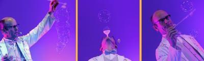 Das Spiel mit den Seifenblasen Wer ist nicht schon fasziniert gewesen von der Welt bunt schillernder Seifenblasen? Das Spiel mit den Seifenblasen ist vielleicht das schönste Bild für das leichte, unbeschwerte Spielen in der Kindheit. Schorsch Bross bringt als Seifenblasenkünstler diese zarten Gebilde und deren Leichtigkeit auf die Bühne. In seiner Seifenblasenshow entstehen Seifenblasen in Diamantform, sie sind in geometrischen Figuren angeordnet oder schweben einfach nur groß und doch so fragil über die Bühne. So entführt er die Zuschauer in eine Welt der kurzlebigen Fantasien.  Die Seifenblasenshow ist Teil von der vielseitigen Varietékunst mit der Schorsch Bross seit über 25 Jahren auftritt. www.seifenblasenkuenstler.de