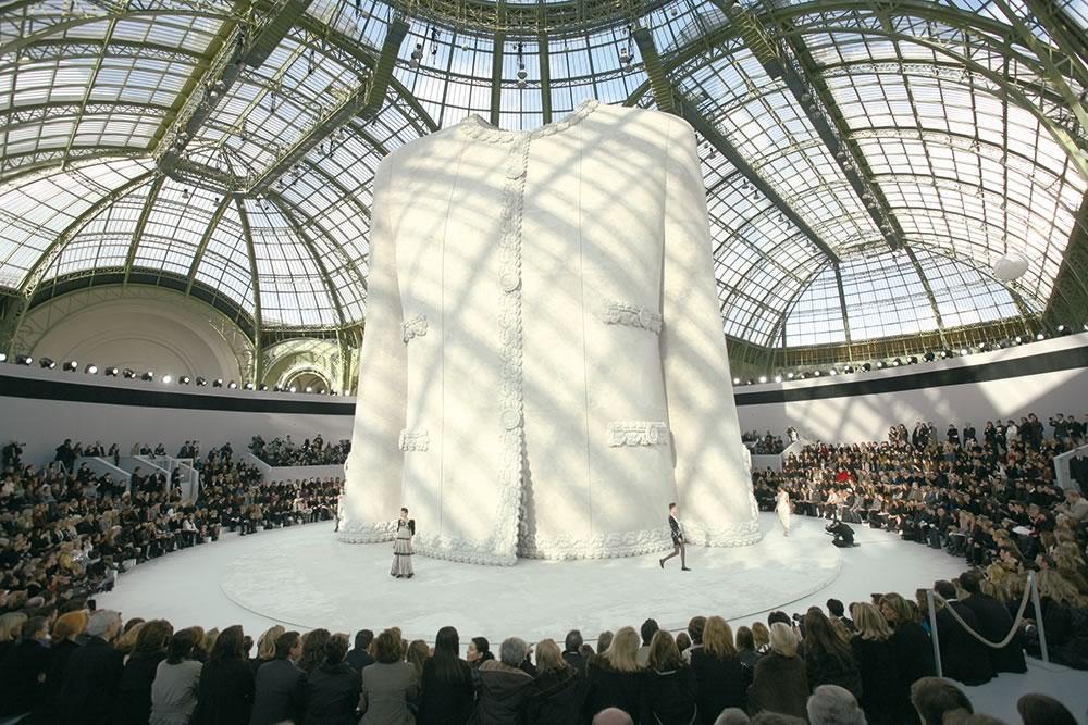 Drehscheibe ø 20 m, Modenschau Chanel, Paris. Sie suchen eine Drehscheibe von 0,5 - 55 Meter Durchmesser zur Miete oder zum Kauf. Bei uns werden Sie diese natürlich finden!