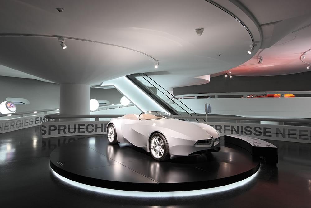 BMW Museum, München, 4 Drehscheiben ø 6 m mit hinterleuchteter Außenkante. Unsere Spezialität Autodrehscheiben und nicht nur für alle namhaften Automessen auf der Welt sondern auch für Automuseen und Showrooms.