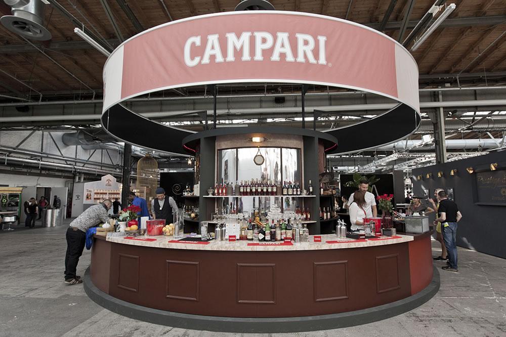 Drehscheibe ø 5 m, Bar Convent Berlin 2014 für Campari. Eine Bar, die sich dreht. Ein Sushi-Laufband mit den leckersten Speisen. Mit uns schmeckt alles noch besser.