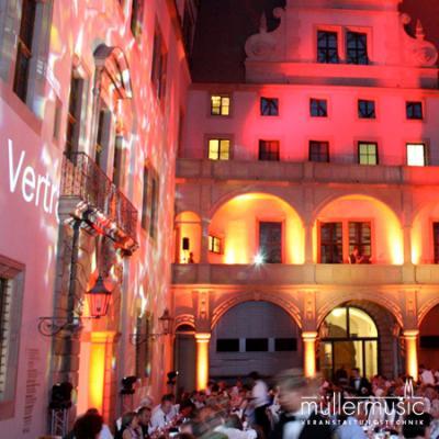 Corporate Event Buntes Hof-Schauspiel im Innenhof des Residenzschlosses in Dresden. Festliche  Stimmung in einer beeindruckenden Licht-Atmosphäre. Weitere Infos finden Sie auf www.muellermusic.com