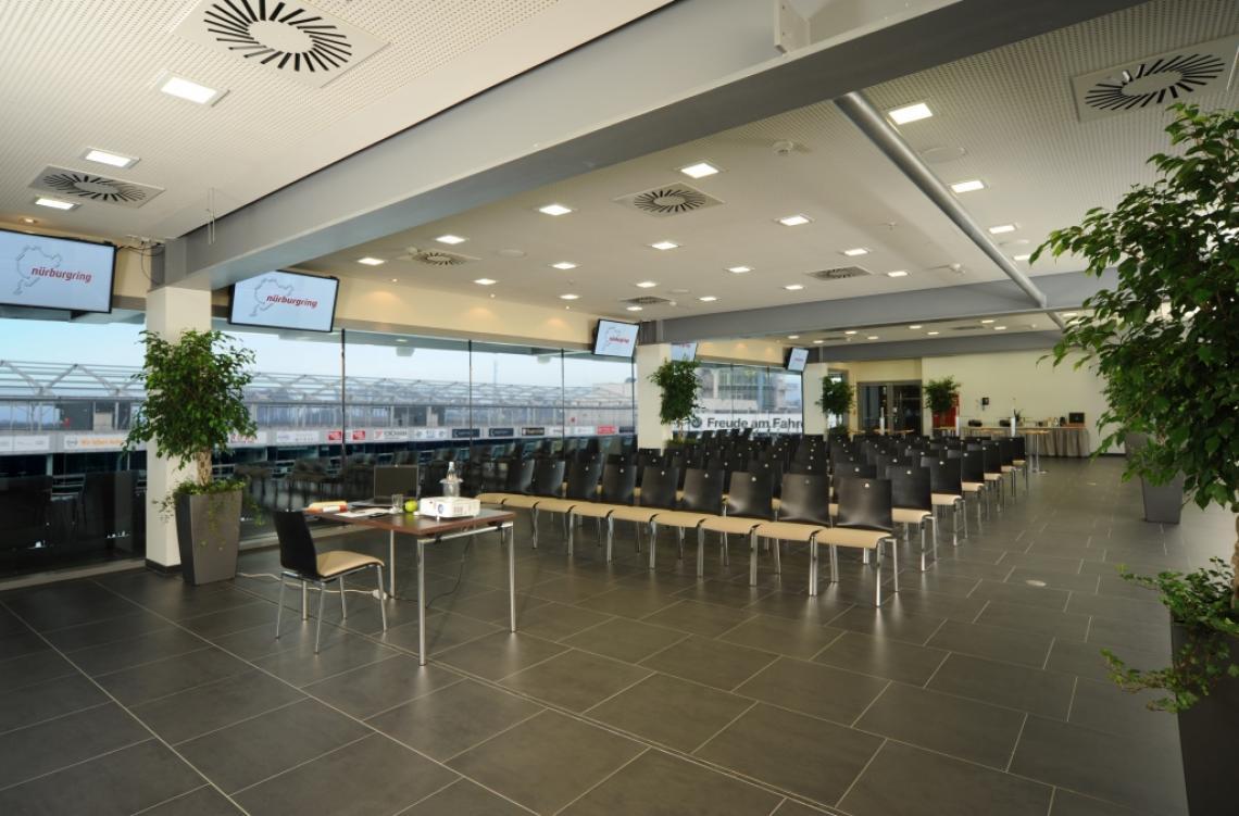 TÜV Rheinland business°lounge Genießen Sie einen spektakulären Blick auf die Rennstrecke und in die Boxengasse – aus der TÜV Rheinland business°lounge. Die Segmente sind ideal geeignet für Tagungen, Workshops und Veranstaltungen jeglicher Art. Die TÜV Rheinland business°lounge befindet sich oberhalb der BMW M Power Tribüne direkt an der Start- und Zielgeraden und setzt sich aus sieben einzelnen, zur Rennstrecke verglasten Loungesegmenten zusammen. Genießen Sie die einzigartige Atmosphäre und ein exklusives Ambiente – ob bei Ihrer Tagung, einer Abendveranstaltung oder einer exklusiven VIP-Hospitality. Auf dem Balkon vor der Lounge befinden sich überdachte Sitzplätze für Ihre Loungegäste.