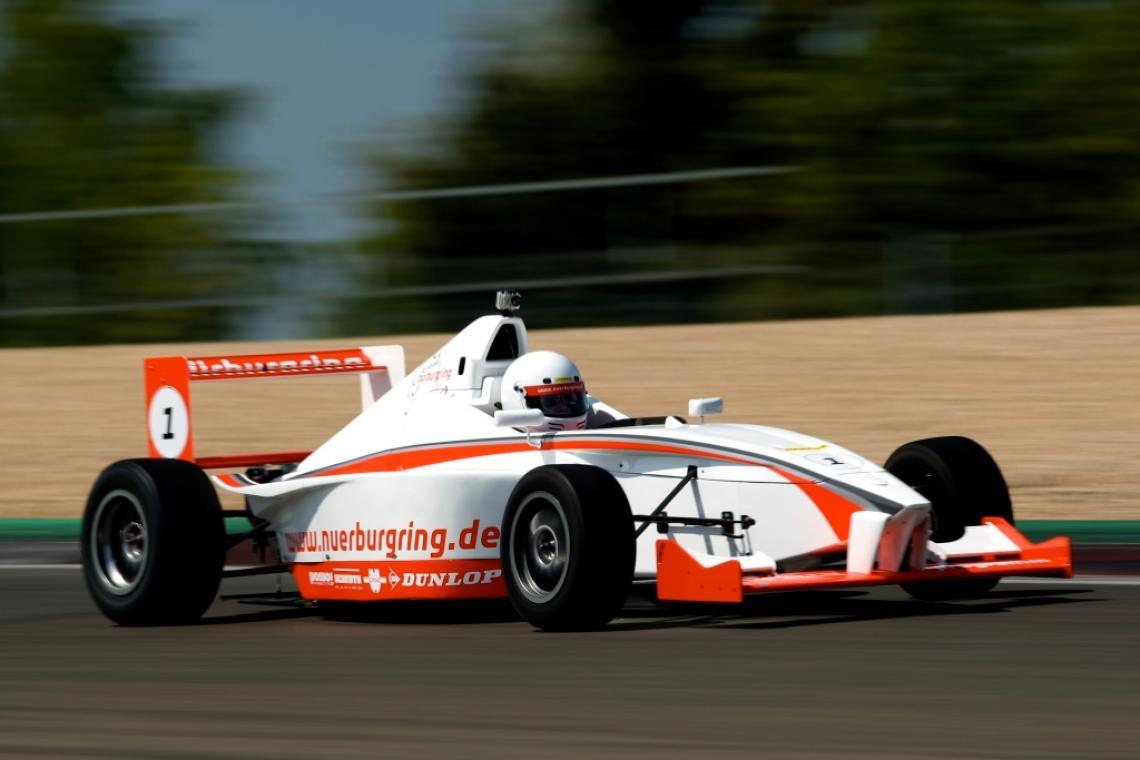 Formeltrainings & Fahrerlebnisse für Gruppen Erleben Sie mit Ihren Gästen ein emotionales Highlight und beflügeln Sie Ihr Geschäft. Als intensives Training im kleinen Kreis mit bis zu 30 Personen oder als Modul für Veranstaltungen mit größeren Teilnehmerzahlen pro Tag einsetzbar. Sequentielles Getriebe, Beschleunigung von 0-100 in unter 4 Sekunden, beeindruckende Kurvengeschwindigkeiten – ein Traum wird wahr ... Formel selber fahren im aktuellen High-Tech Formelwagen, in dem einst Sebastian Vettel den Sprung in die Formel 1 geschafft hat. Gerne erstellen wir Ihnen auch für Ihre Teilnehmerzahl ein individuelles, auf Ihre Veranstaltung zugeschnittenes Programm.