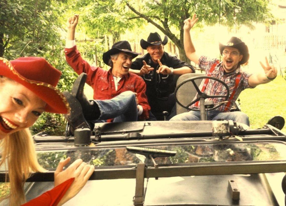 Total flexibel, ohne Bühne, ohne Strom Die musikalische Abenteuerreise geht von Nashville, über Memphis und  Las Vegas bisnach Good Ole Germany;mit allen Country Hits, Oldies, Rock'n Roll & Evergreens & Schlagern.