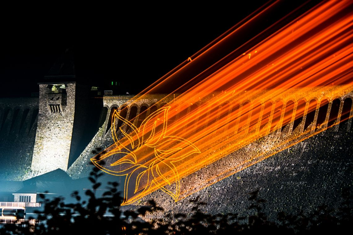 Lasergrafikprojektion auf eine Staumauer Lasergrafikprojektion auf eine Staumauer