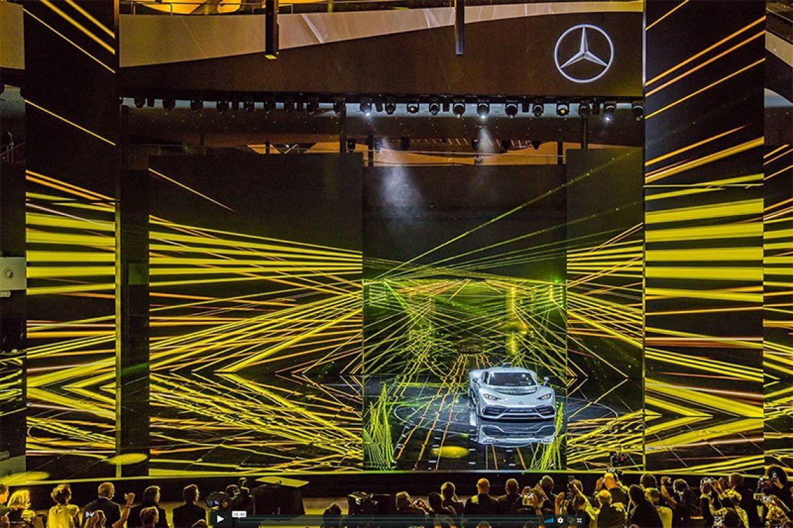 Weltpremiere desMercedes-AMGProject ONE Formel-1-Champion Lewis Hamilton präsentierte auf der IAA2017 das Hypercar von Mercedes-AMG. Der Project One-Sportwagen ist ein Formel-1-Auto für die Strasse.  Insgesamt wurden für die Inszenierung sechsvollfarbige25WattPHAENON X AT Laser und5 vollfarbige12WattPHAENON X Mini Laser eingesetzt. Die Aufgabenstellung des Kunden war einmal mehr eineHerausforderung an unser Team. Um den Eindruck zu vermeiden, dass die Lasereffekte aus einer punktförmigen Quelle emittiert werden,wurdeeine Vielzahl von Spiegeln sowie eigens konstruierteSpiegelstelen auf der Bühne und im Rigginstalliert.