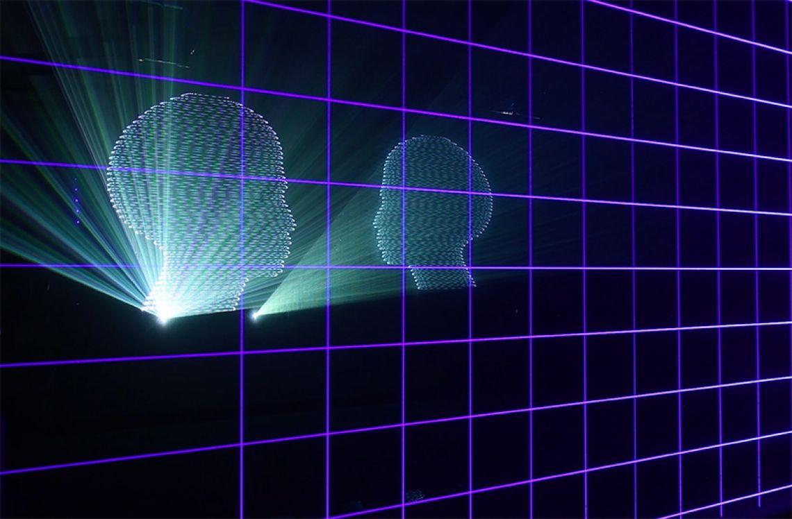 LASERGRID Das Lasergrid ist ein modulares Lasersystem, das aus einzelnen Lasermodulen mit einer einfarbigen Laserquelle, einem oder auch mehreren Netzteilen(en) und Zubehör (Remote Box, LAPP Verbindungskabeln u.a.) besteht. Die einzelnen Lasermodule sind flexibel einsetzbar. Sie können an der Decke, der Wand oder am Truss befestigt und in einer horizontalen und/oder vertikalen Reihe miteinander verbunden werden (daisy chained). Jedes Modul erzeugt einen geradlinigen Strahl, so dass alle Module in einer Reihe ein effektvolles Lasergitter bilden. Jedes Modul ist einzeln über DMX ansteuerbar (Dimmen). Anzahl und Ausführung der einzelnen Komponenten des Lasergrid sind individuell anpassbar.