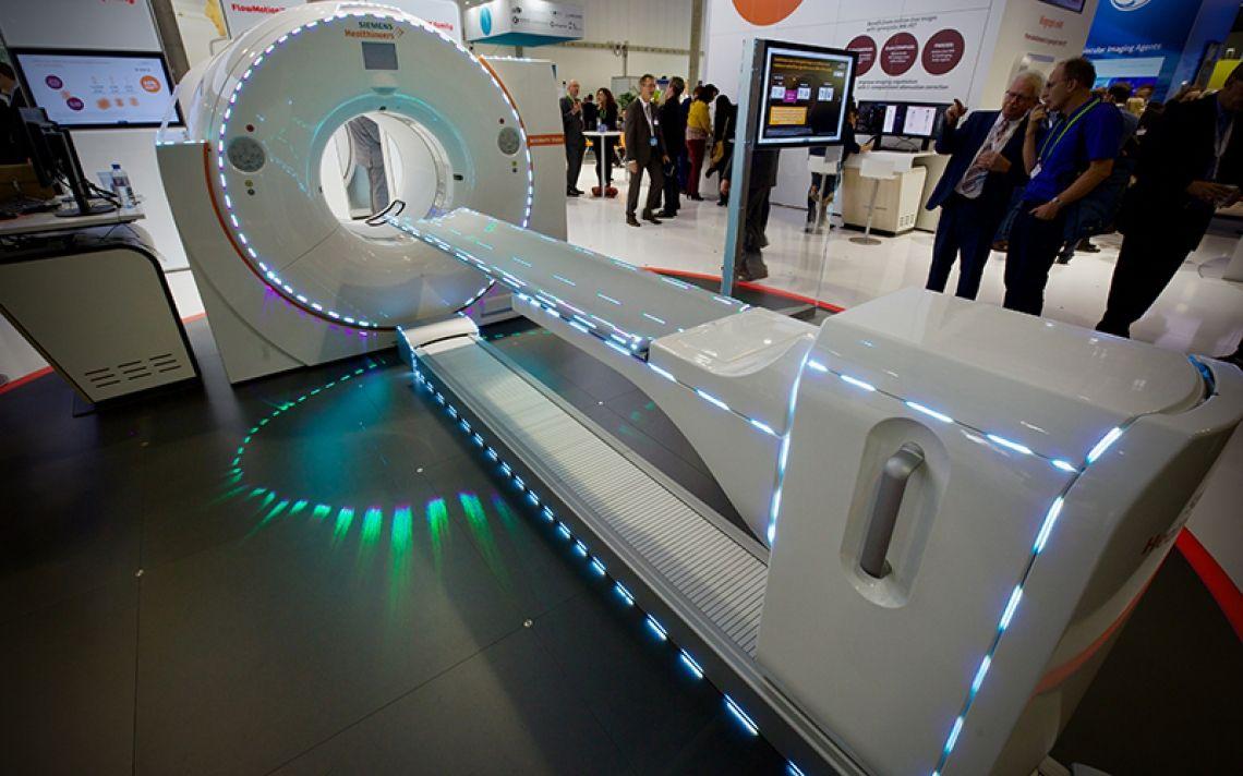 """""""A new dimension of precision"""" SIEMENS Unter diesem Motto stand die Präsentation der Siemens Healthcare GmbH während der EANM in Wien.  Vier vollfarbige High-Power-Lasersysteme mit einer Ausgangsleistung von 25 Watt ermöglichten bei voller Messebeleuchtung ein 360-Grad-Lasermapping während der Weltpremiere des """"Biograph Vision"""".   Besonders bei Messeauftritten liegen die Vorteile einer Laserprojektion auf der Hand.   Kosteneffektivere Lösung Brillantere Farben  Unschlagbare Projektionshelligkeit"""