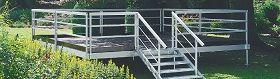 Losberger Podium Das System ist schnell und einfach auf- und abgebaut und kann deshalb für die unterschiedlichsten Gelegenheiten just-in-time eingesetzt werden.    Die solide Konstruktion nach geltenden Sicherheitsstandards ist auf lange Lebensdauer und sichere Nutzung ausgelegt. Hochwertiges Aluminium und feuerverzinkte, korrosionsfeste Stahlteile machen den Außeneinsatz risikolos.