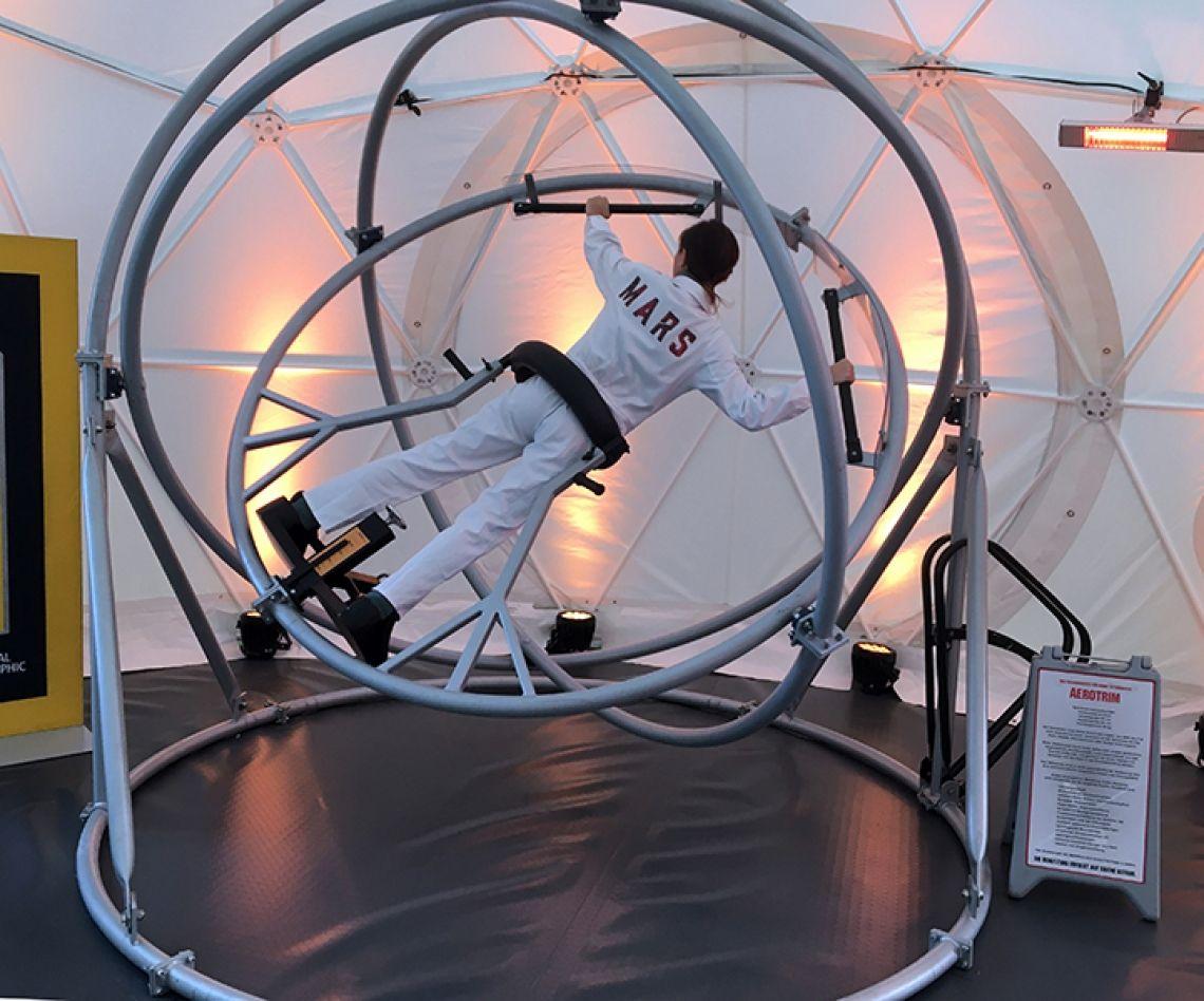 Der Xtreme-Astronautentrainer Jetzt das Aerotrim mieten, der Klassiker für Events, Messen und Veranstaltungen. Xtreme-Events hat eine Outdoor-Anlage sowie ein freihstehendes Indoorgerät auf Lager.