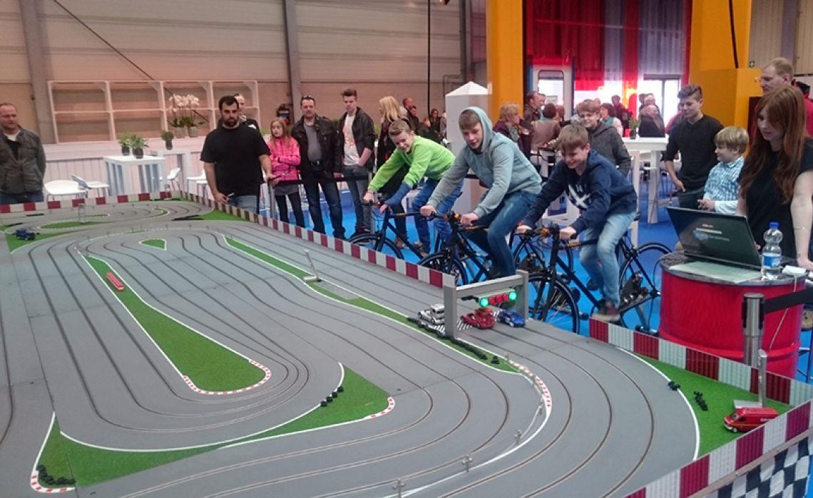 XXL Carrerabahn mit Fahrradantrieb Die Bike Slotcarbahn von Xtreme-Events. Mit kräftigen Pedaltritten drehen die Fahrzeuge auf der Rennbahn ihre Runden. Drei verschiedene Rennbahngrößen stehen zur Verfügung, von Mini bis Maxi mit unglaublichen 39 Metern Streckenlänge!