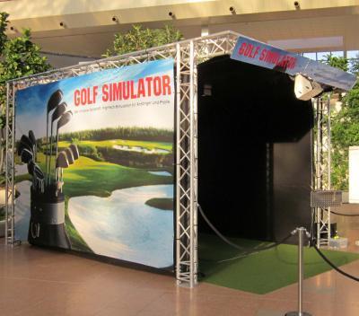 Golf Simulator mieten Mieten Sie hier einen professionellen Golfsimulator mit 40 unterschiedlichen Golfplätzen die zur Auswahl stehen. Als Driving Range spielbar mit allen Angaben der Werte (Ballgeschwindigkeit, Abweichung, Flugweite etc.) und selbstverständlich auch als kompletter 18-Loch Platz spielbar. Topmoderne Technik, brillante Grafik und einmalige Optik bietet diese mietbare Golfsimulation. Die Außenseiten können beliebig gebrandet werden und im Spiel kann Ihr Logo eingebunden werden. Mieten Sie jetzt den einmaligen Golfsimulator von Xtreme Events.