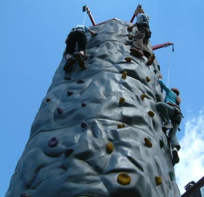 Kletterwand Klettermassiv mieten Mieten Sie jetzt die Kletterwand in Felsoptik. Natürlich mit TÜV, Baubuch, Ausführungsgenehmigung und ausgebildeten Xtreme-Betreuern. Das Klettermassiv bieten eine neun Meter hohe Kletterfläche für drei Kletterer gleichzeitig, für kleine Kletterer und auch für Profis geeignet. Dieser Kletterfels ist einer der größten in der mobilen Vermietung. Buchen Sie das Xtreme-Team und holen Sie sich diese tolle Kletteraktion auf Ihre Veranstaltung.