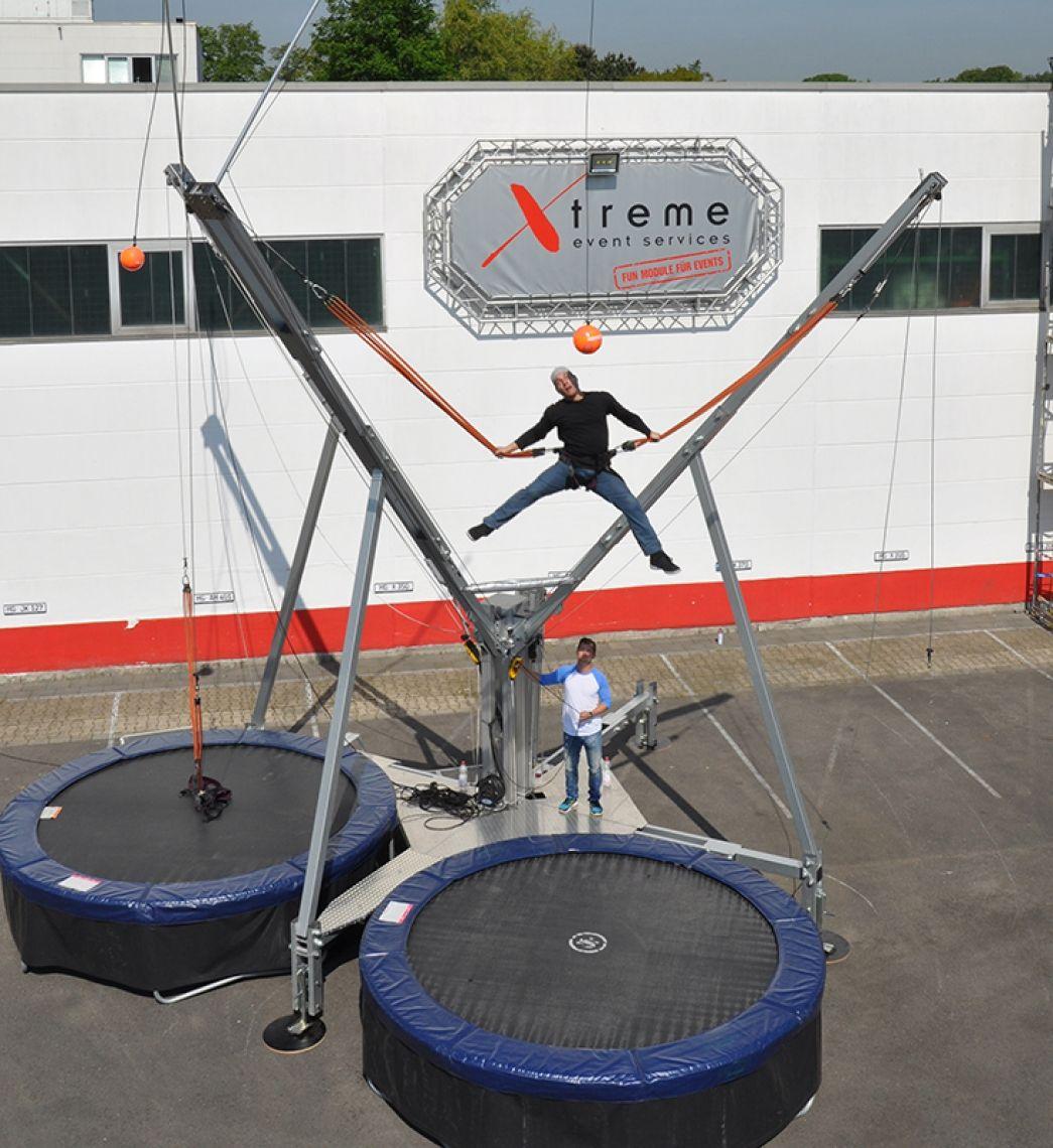 Bungee Trampolin mit Fußball-Zusatzmodul Eingespannt im Vertical Soccer springen die Akteure hoch hinaus, denn in sechs Metern Höhe hängt der Ball. Elegante Fallrückzieher und spektakuläre Flugkopfbälle finden statt, auch Wettbewerbe sind möglich.