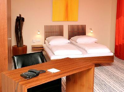 Hotel Sinsheim - Zimmer Das ****Hotel Sinsheim verfügt über 95 helle, komfor tabel eingerichtete Doppelzimmer, 10 großzügige Deluxe Zimmer und 5 Junior-Suiten für besondere Qualitätsansprüche.