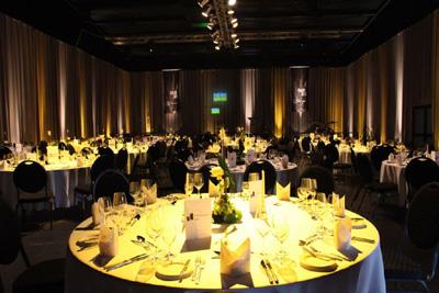 """Veranstaltungshalle Terminal - Gala Dinner Mit einem individuellen Beleuchtungs- und Dekorationskonzept verwandeln wir diese Location ganz nach Ihren Wünschen und Vorstellungen. Nutzen Sie auch unsere """"Flight Deck Lounge"""" im Obergeschoss mit einem Rundumblick über die Halle."""